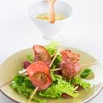 Brochetas de carne con salami