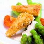 Espárragos verdes con queso frito