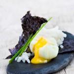 Arroz con huevos escalfados y alga nori