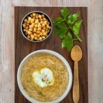 Sopa con huevos y garbanzos