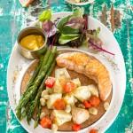 Salmón a la plancha con verduras de primavera