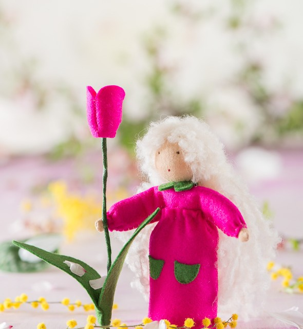 Figura de fieltro representando la primavera